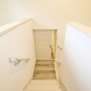 階段踊り場の収納スペース 2.5帖の広さがあるので、季節外の服や布団など様々なものをしまうことができます!